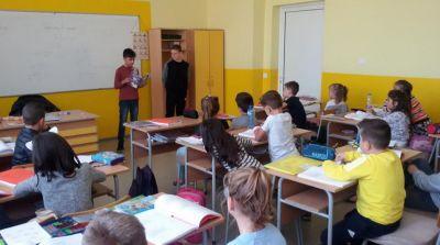 Седмицата на четенето във втори ,,а'' клас гостуваха учениците от шести клас - Изображение 2